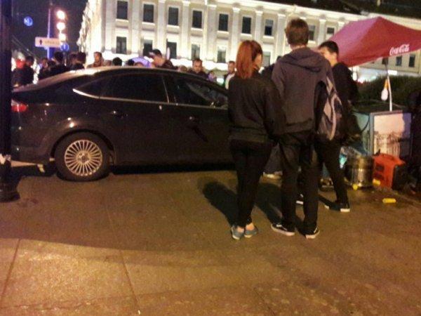В центре Петербурга автомобиль сбил четырех пешеходов на тротуаре