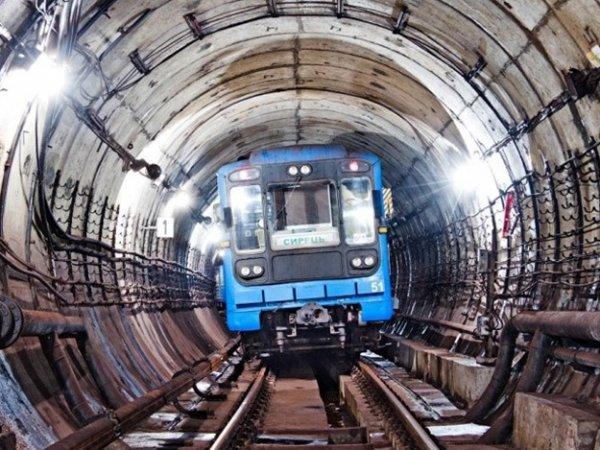 В Петербурге мужчина погиб при падении на рельсы в подземке