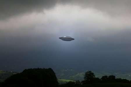 Житель Лос-Анджелеса снял на видео НЛО сферической формы, зависший в небе