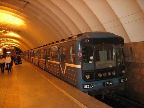 В московском метро поезд столкнулся со стеной