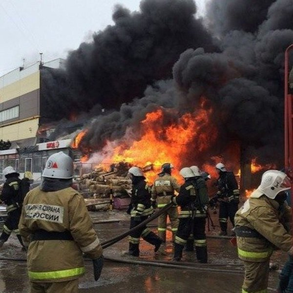 Пожарные потушили пламя в московском ТЦ