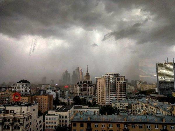 Две женщины оказались придавленными забором во время урагана в Москве