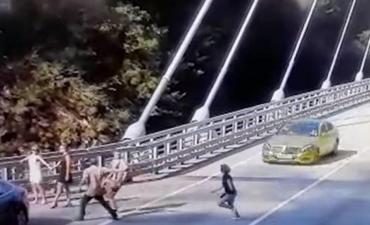 В Сочи Mercedes на огромной скорости сбил женщину