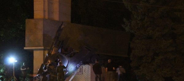 В центре Луганска подорвали памятник десантникам