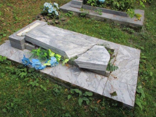 В Нижнем Тагиле малолетние вандалы разрушили кладбище