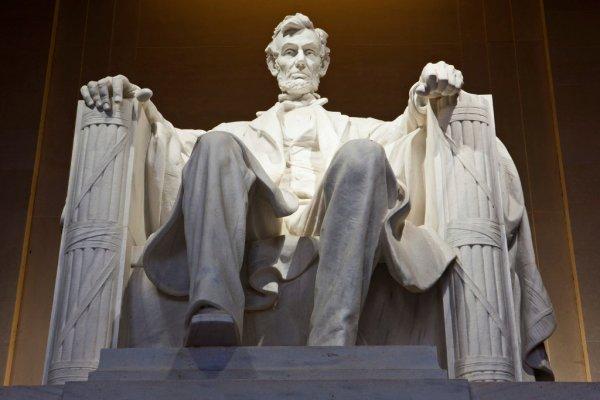 Гражданин Киргизии выцарапал свое имя на монументе Линкольна в Вашингтоне
