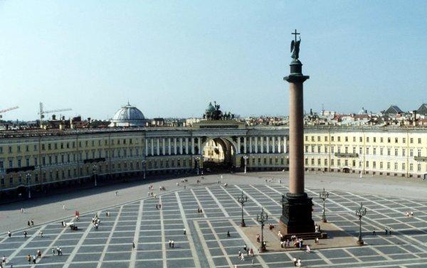 Дворцовая площадь окружена по подозрению в минировании