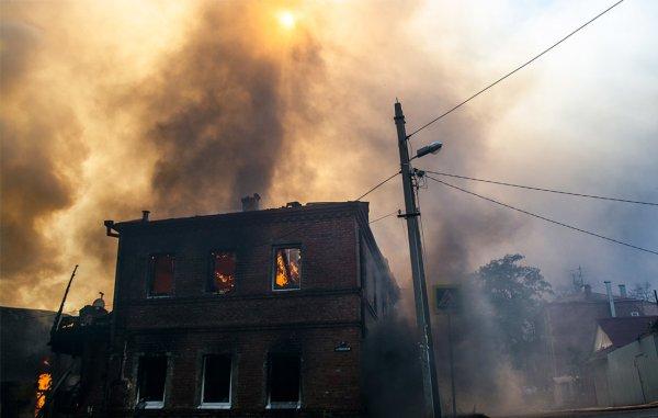 Пожар в частном секторе в Ростове-на-Дону распространился на три дома