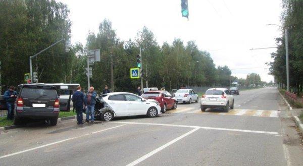 В крупном ДТП в Ярославле пострадали три водителя