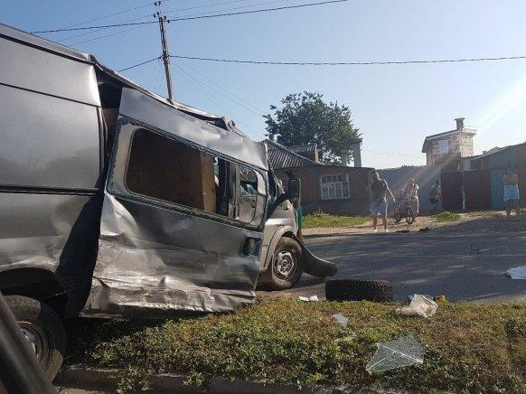 Во время серьёзного ДТП в Ростове фургон сломал ограждения