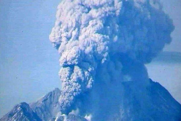 На Камчатке Карымский вулкан изверг столб пепла на две тысячи метров
