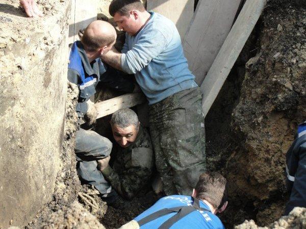 В Саратове спасли землекопа, которого завалило грунтом