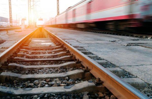 В Уфе чудом выжила девушка после наезда поезда