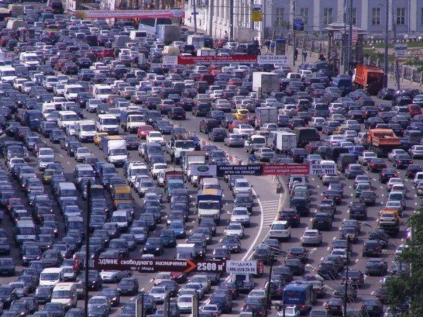 В Сеть попало видео, как водитель BMW ездит по тротуарам на большой скорости