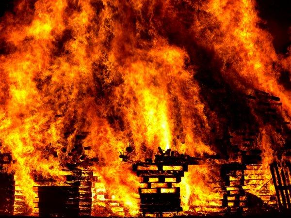МЧС локализовали пожар в мебельном цеху в Ульяновске