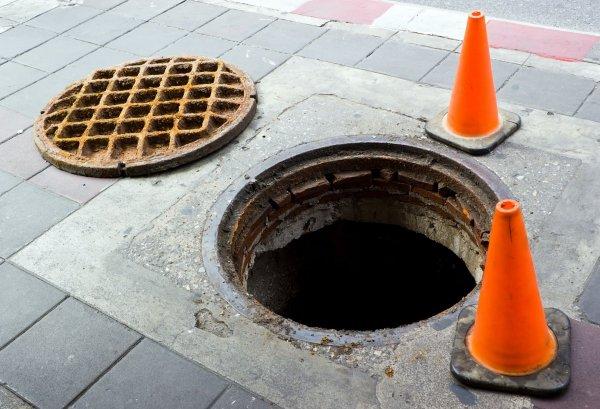 Полицейский провалился в люк канализации около здания ГУ МВД по Москве