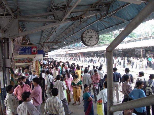 В Мумбаи число погибших в давке на железнодорожной станции увеличилось до 22 человек