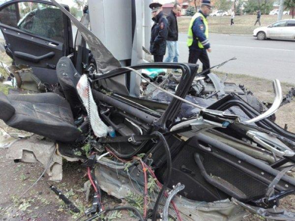 В Оренбурге автомобиль влетел в опору рекламного щита, есть погибшие