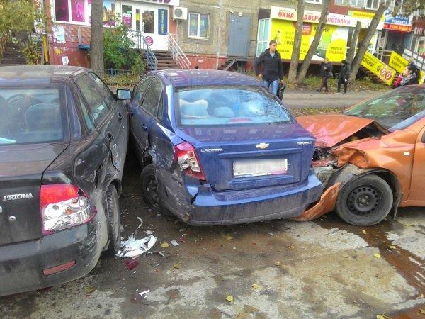 В Перми автоледи на иномарке протаранила припаркованные автомобили