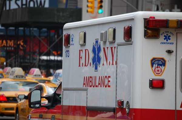В Нью-Йорке автомобиль протаранил здание детского центра?, есть пострадавшие