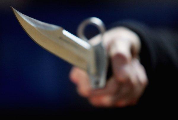 В Петербурге неадекватный водитель ударил пешехода ножом