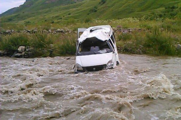 Девочка утонула в маршрутке, упавшей в воду с шоссе