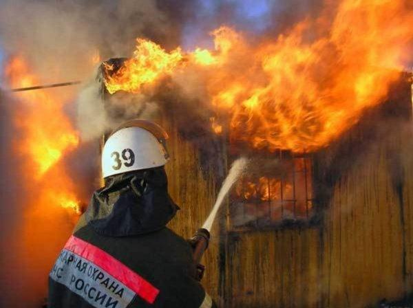В Тюмени пожар охватил двухэтажную усадьбу