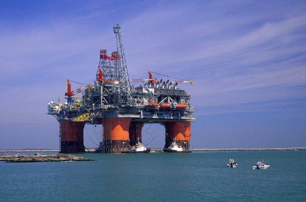Рабочих на нефтяных вышках в Мексиканском заливе эвакуируют из-за урагана