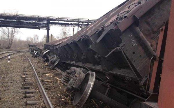 В Тульской области объявили ЧП после того, как с рельсов сошел грузовой поезд