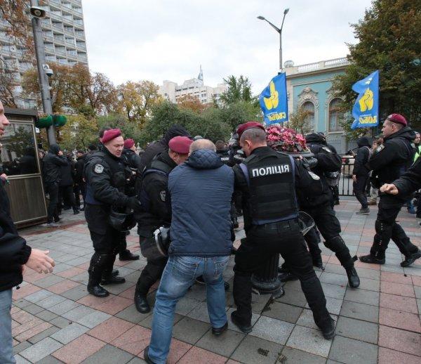 СМИ: У Рады произошли столкновения националистов и полиции