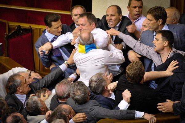 Депутат Верховной рады бросил дымовую шашку прямо в зале заседаний