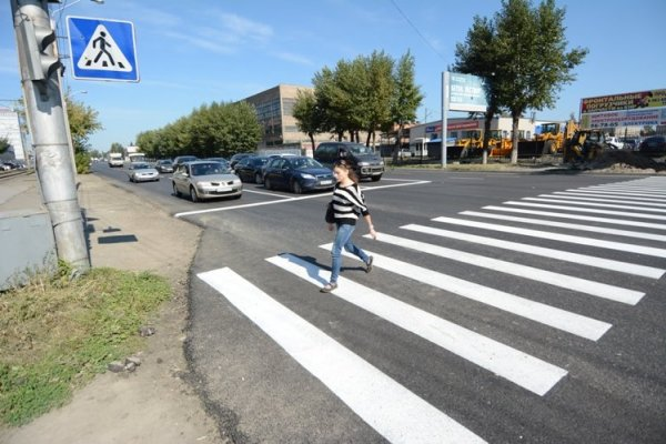 В Барнауле из-за гололеда с моста слетела иномарка