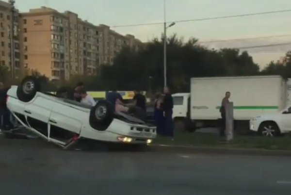 «Кувырок» автомобиля из свадебного кортежа в Ростове попал на видео