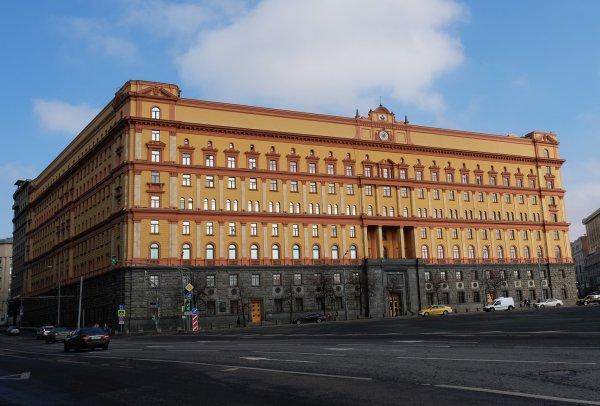 В Москве задержали мужчину, бросившего бутылку с краской в здание ФСБ