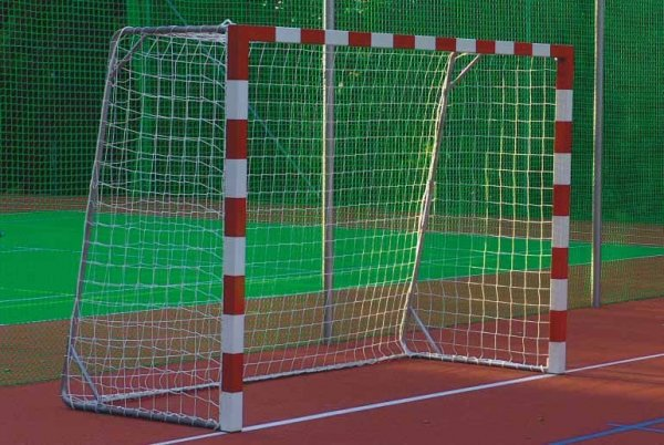 В Братске парня насмерть придавило футбольными воротами