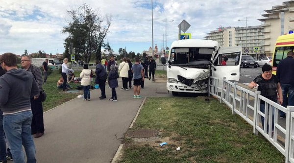 В Сочи столкнулись два автобуса, есть пострадавшие