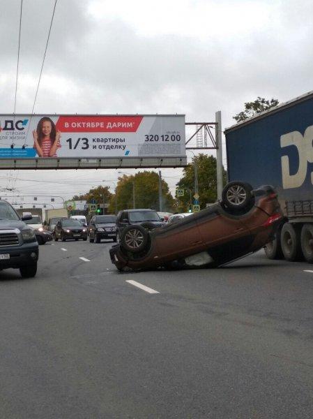 В Петербурге в ДТП перевернулись две иномарки