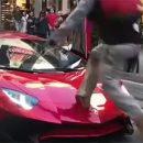 Хулиган пробежал по Lamborghini прямо на глазах у владельца автомобиля