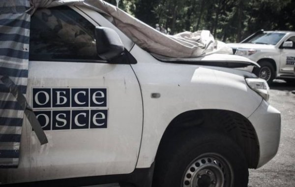 Кортеж делегации ОБСЕ столкнулся с украинским БТР в Донбассе