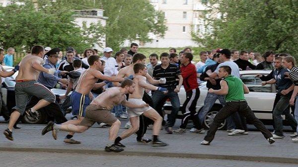 В сети появилось видео массовой драки на Болотной площади в Москве