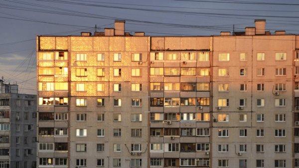 На севере Москвы пенсионерка разбилась, выпав из окна жилого дома