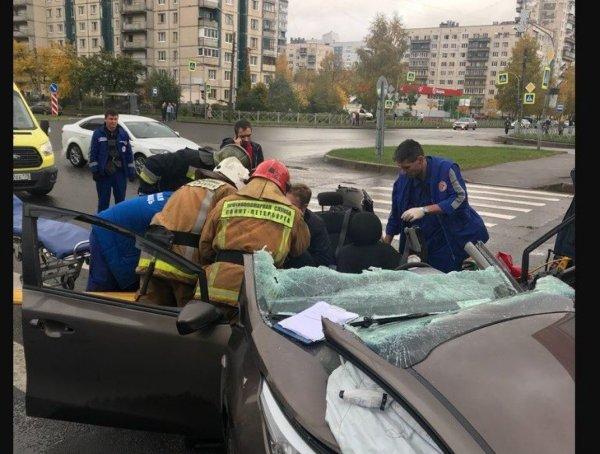Спасатели разрезали машину после ДТП в Петербурге
