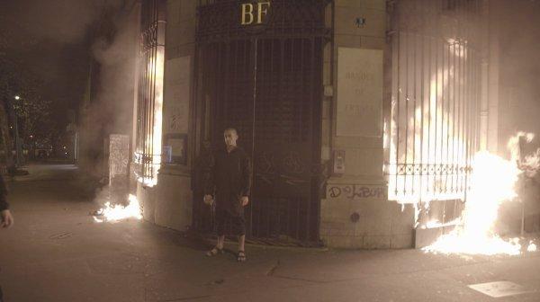 Провокационный художник Павленский поджег в Париже двери Банка Франции