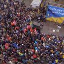 Депутата партии Порошенко закидали яйцами, называя его «губошлёпом»
