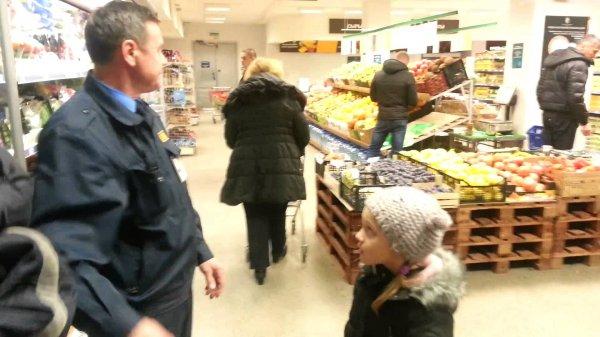 В Москве подросток вызвал полицию после избиения охранником супермаркета