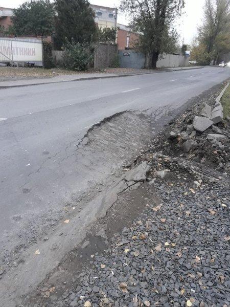 На дороге в Ростове провалился асфальт