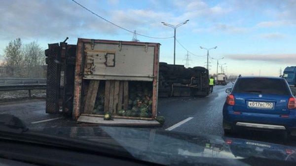 На трассе «Дон» близ Москвы опрокинулась фура с арбузами