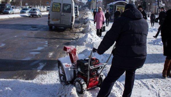 В Омске заметили мужчину, косившего снег