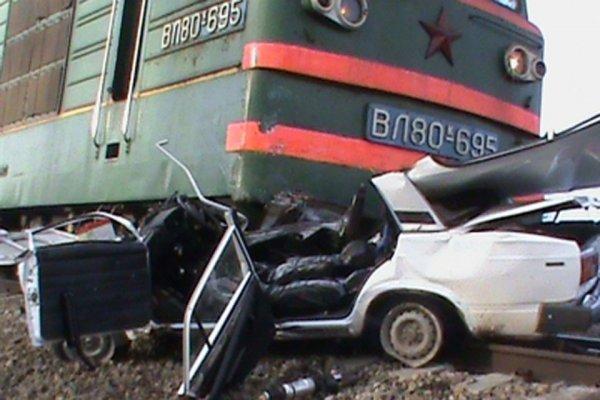 На Урале товарный поезд врезался в легковое авто