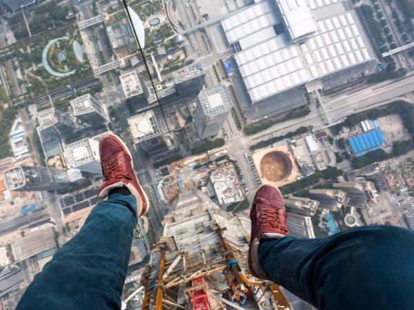 С высоты 10 метров в Петербурге сорвался 14-летний мальчик